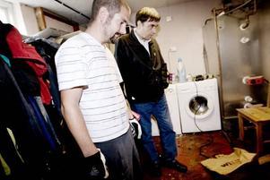Torbjörn Garneryd visade vattenskadorna i sin källare i Forsby för Folksams skadereglerare Lars Wirén. Eftersom vattnet kommit upp genom golvbrunnarna har han stora möjligheter att få ersättning.