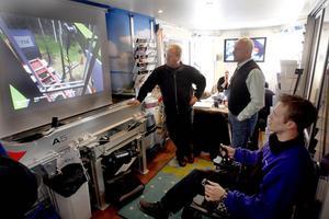 Roadshow anordnade en krantävling i simulator. Henrik Larsson hade bästa tiden på 1 minut och 20 sekunder. Bredvid honom står Kjell Jonsson och längst bort Jörgen Spring.