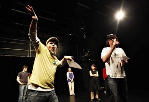 """Engmans i hip hop-tappning. Scen ur repetitionerna av Folkteaterns nya föreställning """"Jerfsölif""""."""