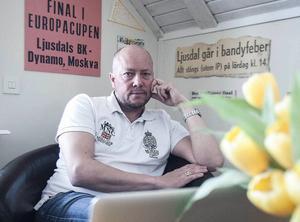 Ola Bengtsson, klubbchef, har städat upp i en kontraktspärm full av kludder...