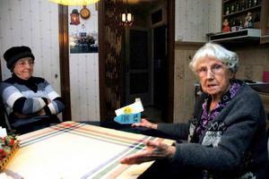 får INGEN INFORMATION. Ester Hedin, 81 år, (till vänster) och Emmy Larsson, 91 år, säger att inte heller lantbrevbärarna har information att ge om vad som gäller efter att betalservicen har dragits in.