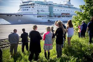 Många Härnösandsbor hade samlats för att se kryssningsfartyget när det anlände till djuphamnskajen i söndags.