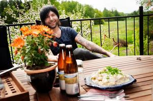 Frederik Zäll, gitarrist och låtskrivare i bandet Eskobar, matbloggare, kokboksförfattare och grillfreak.