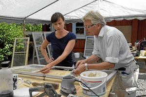 Handarbete. Håkan Bagger visar Sofia Forsberg hur man avlägsnar gammalt kitt från fönster.