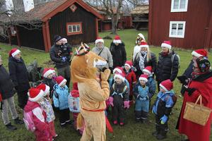 I sagans värld är räven (Kajsa Vuori) lucian som uppmanar barnen att sjunga luciasången.