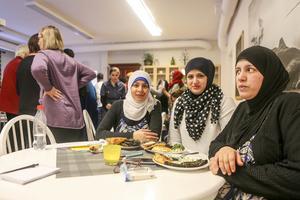 Manal Zayatne, Ytterhogdal, Ekhlas Almorad och Shaza Mohsen lät sig väl smaka. Och hade också bidragit till knytkalaset, bland annat med vinbladsdolmar.