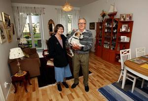 Adéle Forsberg och Arne Jonsson var först att flytta in i Sidsjöns trygghetsboende. De ångrar inte att de flyttade in.
