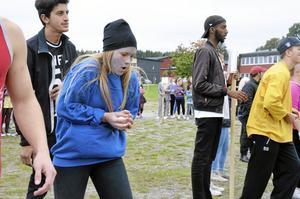 Ömtåligt. Det gick riktigt bra för Sanna Kindström att fånga råa ägg som klasskompisen Stina Jansson kastade.