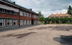 I vinkel mot den röda skolan är tanken att den nya skolbyggnaden ska uppföras, men först måste gamla lärarbostaden rivas. Foto: Sven Thomsen