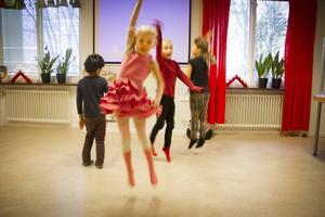 Liah Lenkeiy, Viola Mattsson-Tenser, Julian Oksanen och Andreas Almenoksa visade upp sin dans till förmån för de fattiga barnen i Tanzania.
