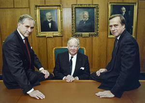 Bilden av styrelserummet som en gubbklubb är på väg att försvinna. Arkivbild från 1989 där Ericssons avgående styrelseordförande Hans Werthén omringas av sin efterträdare Björn Svedberg (th) och dåvarande vice VD:n Lars Ramqvist (tv).