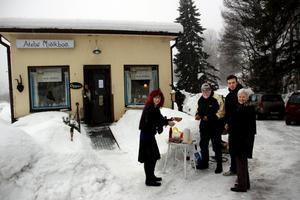 Gästerna bjöds på grillad korv när de anlände till invigningen.