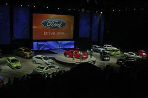 LÅGBUDGET. Ford brukar i vanliga fall bjuda på en dyr och spektakulär uppvisning i Cobo Arena. Årets tillställning är en slätstruken historia, det skulle rimma illa att först med mössan i hand be staten om pengar och sedan kasta ut dem på en bilsalong.