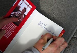 – Det kan vara kul att veta nästa år om boken har varit bytt tidigare, säger Lena Sjödin och skriver in
