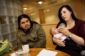 De nyblivna föräldrarna Boris Borgén och Elisabeth Netterström efterlyser mer kontakt med försäkringskassan och bättre stöd när föräldrar hamnar i kris.