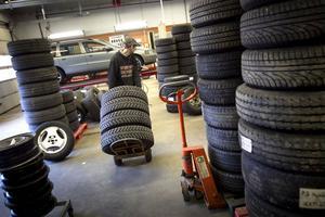 När tisdag morgon gryr ska det vara tomt på golvet, för dagens omsättning av däck.