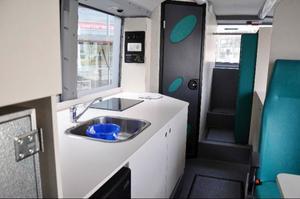 Förskolebussen är specialinredd med kök och förvaringsutrymmen och fyller alla svenska säkerhetskrav. Ett dussintal förskolebussar rullar i dag i Sverige och Norge.