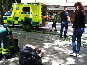 Vid lunchtid i går sjönk en man ihop i centrala Gävle.