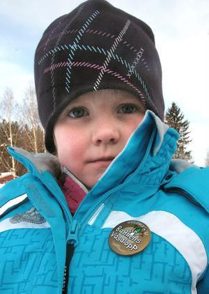 Alice Westh och alla andra barn som åkte Lilla Vasaloppet i Knåda fick varsin medalj efter fullbordat lopp.