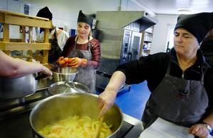 Marianne Fredriksson och Tove Wallstedt förbereder grönsakerna inför konservering. Tove Wallstedt och hennes man går kursen för att kunna vidga sin frukt- och bärproduktion på Gotland.  Foto: Ulrika Andersson