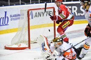 Johan Lindholm spelade sina första minuter i SHL mot Karlskrona i Fjällräven Center.