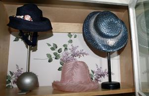 Hattarna, som är från 1920-talet och framåt, har samlats i montrar på Bergby bygdegård.