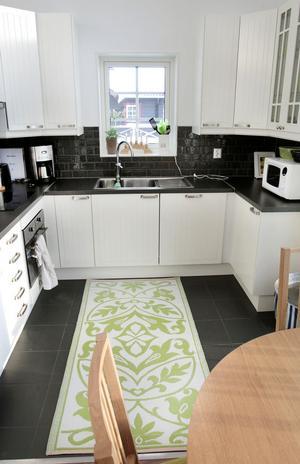 Köket är modernt men ger ändå känsla av att bo i timmerhus.