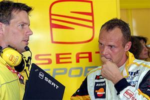 Chefsingenjören Jonas Jarlmark och Rickard Rydell analyserar bilens uppträdande efter målgång.