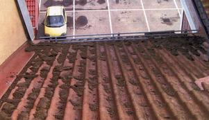 Olägenhet. Det ser ut som om någon kastat jord på taket till lägenheterna i Hemköpshuset, men det är fåglarnas avföring. Ideligen måste taken göras rent. Foto:MikaelBack