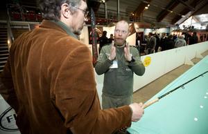 STs fiskeredaktören får en lektion av Mattias Drugge vid Sportfiskemässan i Sundsvall.