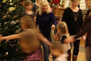 Barn och vuxna dansar ut julen.