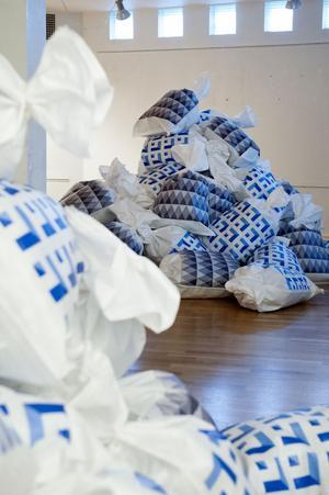 Elena Mazzi ger en kommentar till Italiens problem med sopor i sitt verk Mediterranean masterpiece.