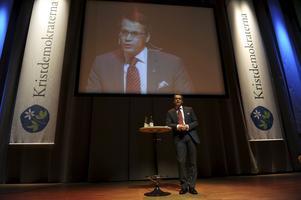 """Är idel öra. Göran Hägglund vill komma ut i stugorna och prata politik med """"verklighetens folk"""". foto: scanpix"""