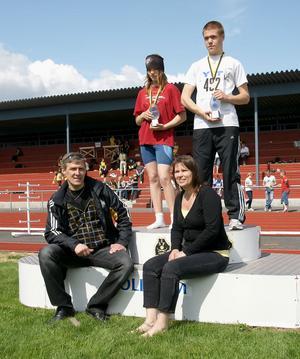 Hannes och Lillian Vainionpää delade ut priser till 800 meterssegrarna Lisa Lingvall, Högbo, och Victor Brunholtz, Nordanstig.