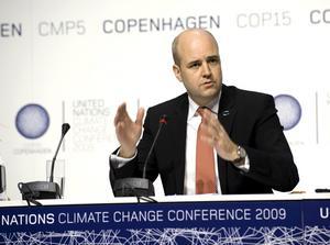 Exempel på manliga politiker som tagit till sig ett mer kvinnligt uttryckssätt är Fredrik Reinfeldt...