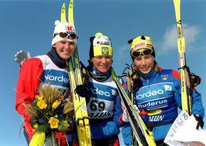 Rysslands Larissa Lazutina (som också finns med på listan), norskan Bente Skari och Julia Chepalova, Falun, 2001.