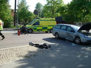 olycksplatsen . Så här såg det ut på på Fredriksgatan i Sandviken efter dödsolyckan på måndagseftermiddagen, då en 40-årig motorcyklist omkom.