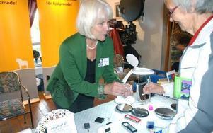 Sylvi Berg har sytt mycket i sina dagar. Gunilla Hammarskiöld från Dalarnas Resurscenter för hjälpmedel demonstrerar ett hjälpmedel för att trä symaskinsnålar. Foto: Eva Langefalk/DT