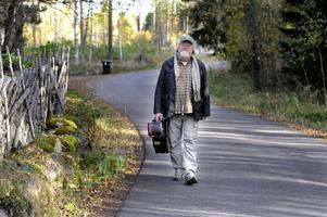 Med gitarren på väg. Nu vill Clas Yngström lyfta fram Bob Dylan som en bluesman.