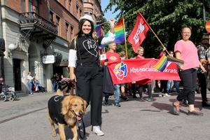 Prideparaden är inte bara till för tvåfotingar – Erika Jonsson tog med sig sin fyrfota vän i tåget.