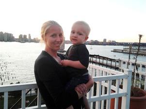 Lotta och sonen Bo på taket till huset och med Hudsonfloden i bakgrunden.