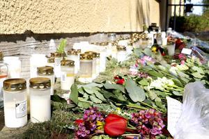Mängder med blommor och ljus vittnar om hur många som saknar den unge Sandvikenbo som gick bort under onsdagen.