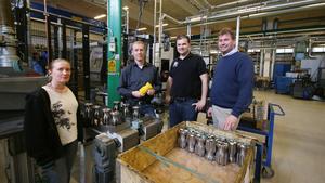 """""""Powerbit ger en grund för framtida volymökningar och har gett möjlighet till nya maskininvesteringar"""", säger Carl-Magnus Sundberg (till höger), platschef på Atlas Copco Secoroc. Vid maskinen syns även Katarina Wedin, produktionstekniker, Peter Dahlberg, fabrikschef och Elvis Jakupovic, produktionsledare. Borrkronorna används i borriggsmaskiner och Secoroc tillverkar borrkronor för både ovanjords- och underjordsborrning."""