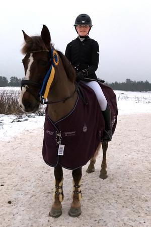 Linnea Stjernlöf, tävlar med hästen Chesnut Prince i semifinalen av Sverigeponnyn.