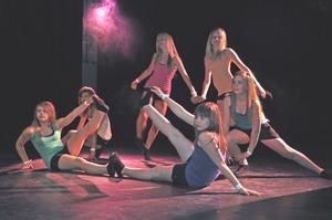 DANS. Den här sextetten bjuder på häftig dans. Från vänster Johanna Swanelius (grönt linne), Julia Johansson (gult linne), Lina Bodén (rosa linne), Maja Evertsson (orange linne), Hanna Melin (grönt linne) och Johanna Wallin (blått linne).
