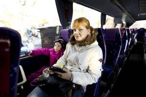 Malin Jonsson och dottern Juli Eriksson, 6 år, bor inte i Åre kommun. De är på besök och ska ta bussen till Åre. I deras hemkommun får barn upp till åtta år åka gratis buss. Det är klart att det skulle vara bra om man gör som Åre kommun och låter ungdomar åka gratis buss, menar hon. – Då skulle fler välja att åka buss.