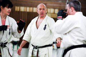 Gradering, det vill säga en slags examen för att gå vidare inom sporten, hölls på söndagen, när sju  personer ville prova att gå upp till nästa nivå.En känd person inom karatesammanhang, shihan Howard Collins som har svart bälte med sjunde dan, är en återkommande instruktör vid påsk-karaten på Frösön.