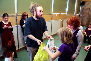 Jon Loxbo lär ut performance art under teaterfestivalen i Fjugesta.