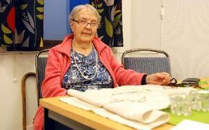 """""""Föreningen betyder mycket för mig, utan den skulle jag aldrig komma ut utan bara sitta hemma"""", säger Maj-Lis Edvinsson, 90 år, som gärna broderar. Foto: Eva Langefalk/DT"""