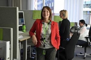 Jelena Sokina från Riga är både ekonomutbildad och duktig på svenska. Hon trivs med jobbet på telefonbanken.